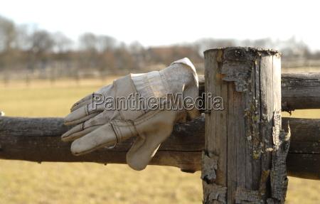 madeira viga couro luva cerca portao
