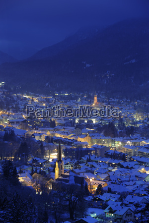 cidade de garmisch partenkirchen a noite