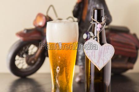 cerveja dourada gelada em um copo